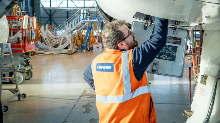 Finnair engineer assesses plane to be recycled